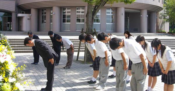 式典終了後、「忘師忘友の碑」へ献花,拝礼する時任校長と生徒会