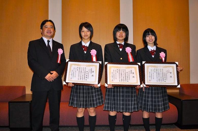 「命の大切さ」メッセージ各賞を受賞した本校生徒と時任校長