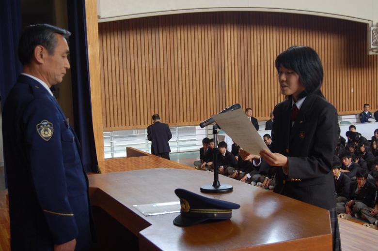 宣誓書を読み上げる生徒会