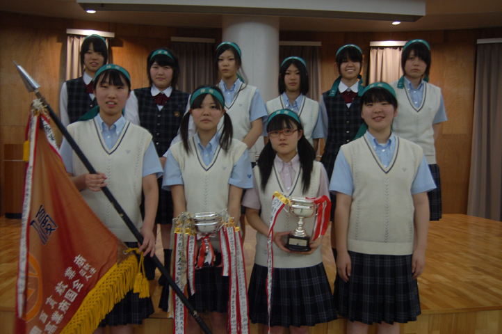 優勝カップを持つ珠算部生徒たち