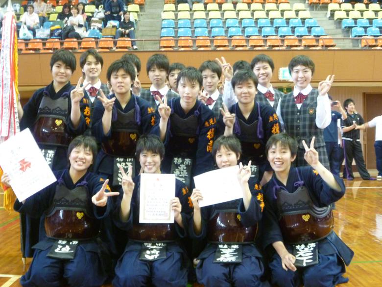 優勝に喜ぶ剣道部員